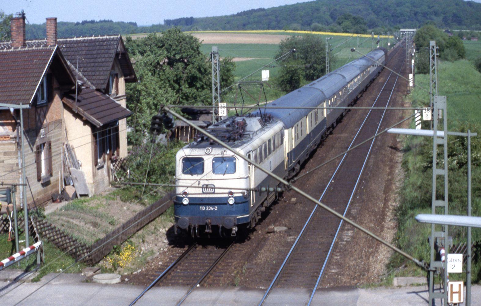 http://e94114.de/fotoalbum/eisenbahn/129-024_110-234_HP-Ensingen_09.05.1989.jpg
